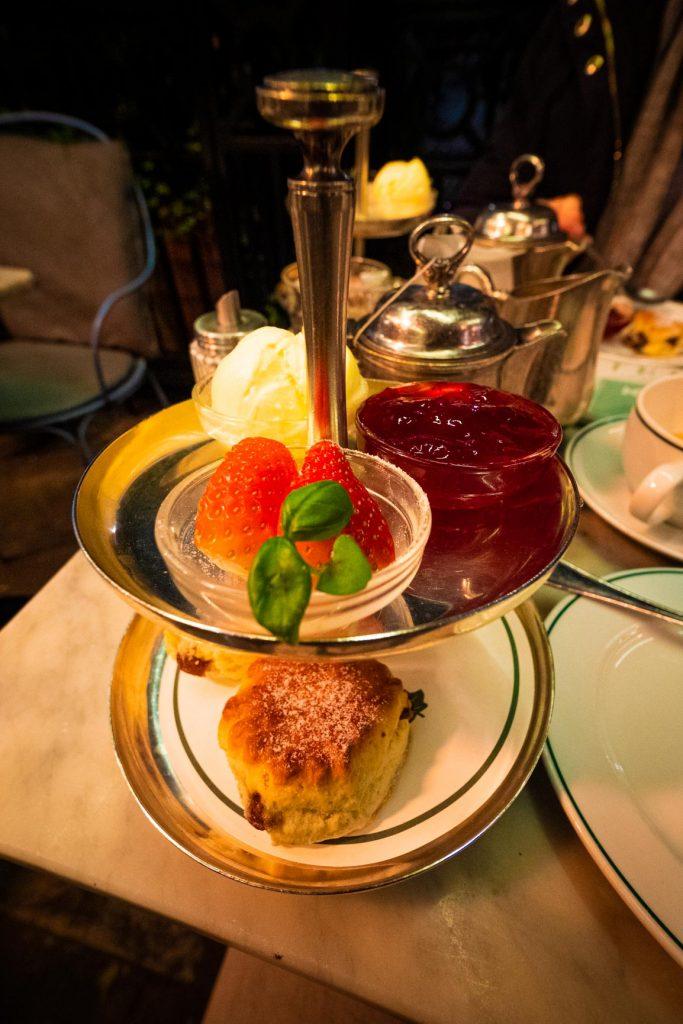 Afternoon Tea avec du thé, des scones et des mini pâtisseries