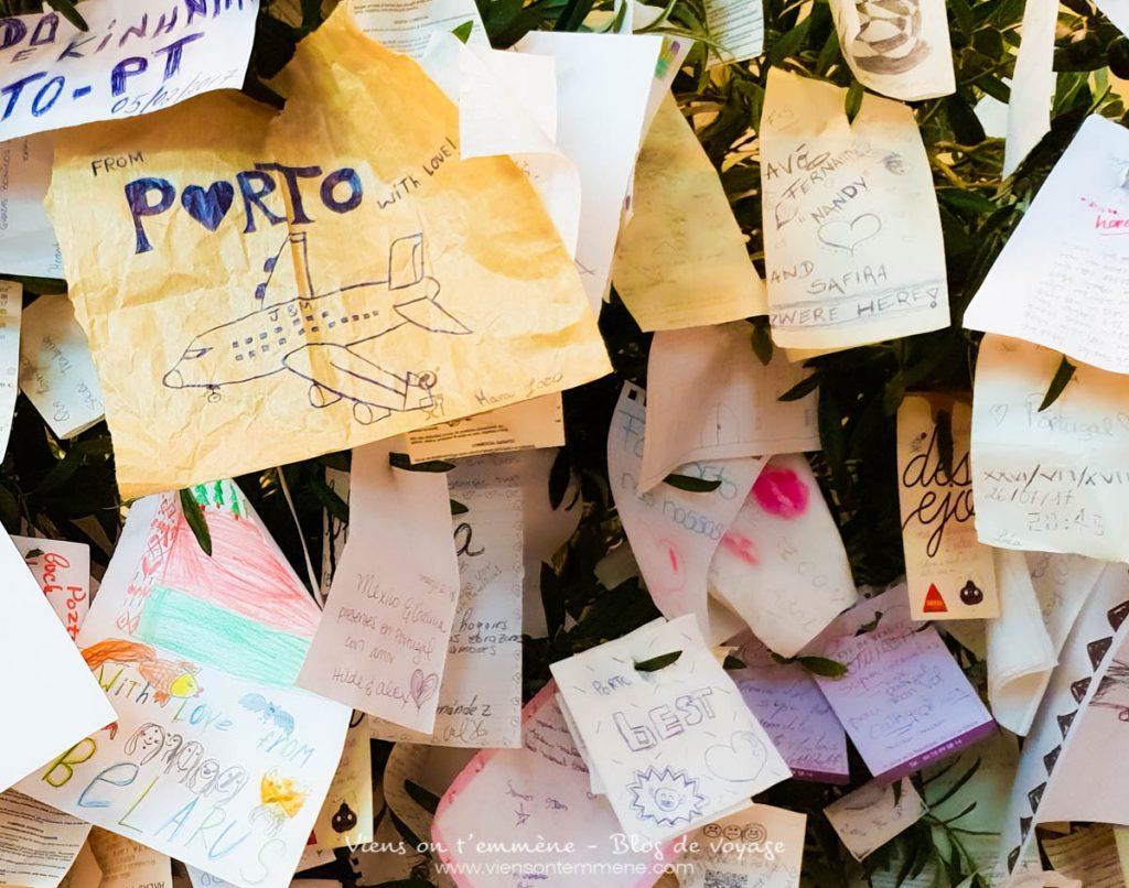 Arbre à souvenirs à l'aéroport de Porto