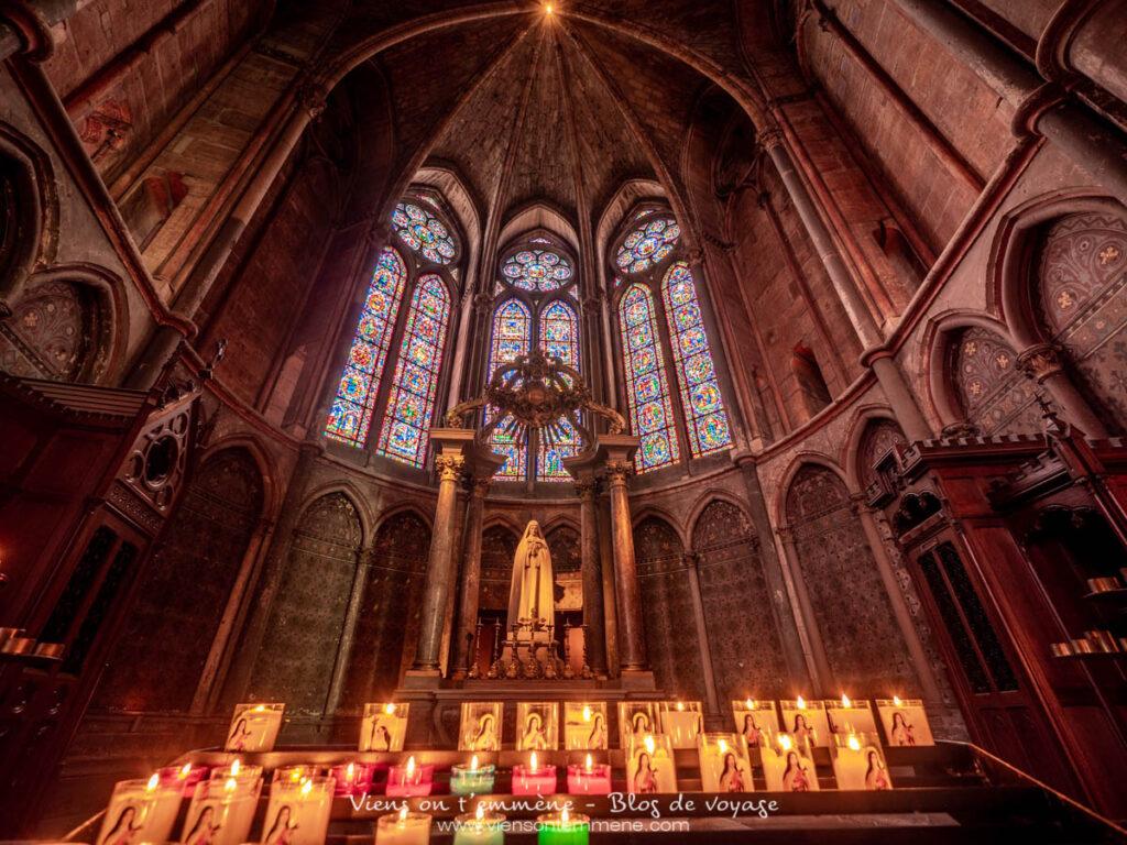Une des chapelles et ses vitraux